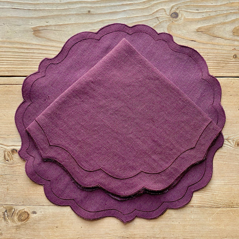 Scalloped Linen Place Setting (Eggplant Tonal)