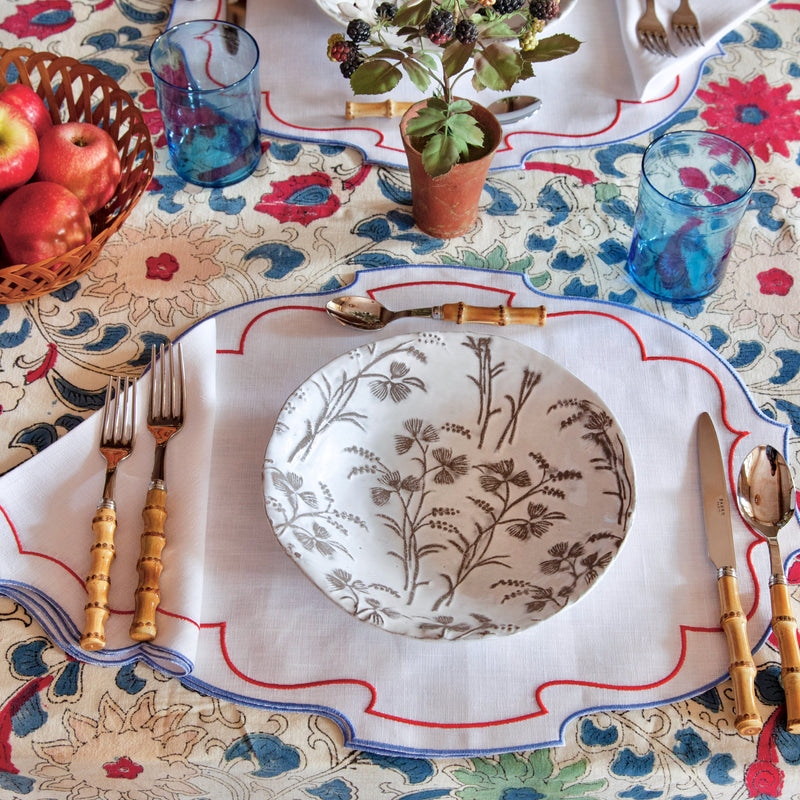 Scalloped Oval Linen Place Setting
