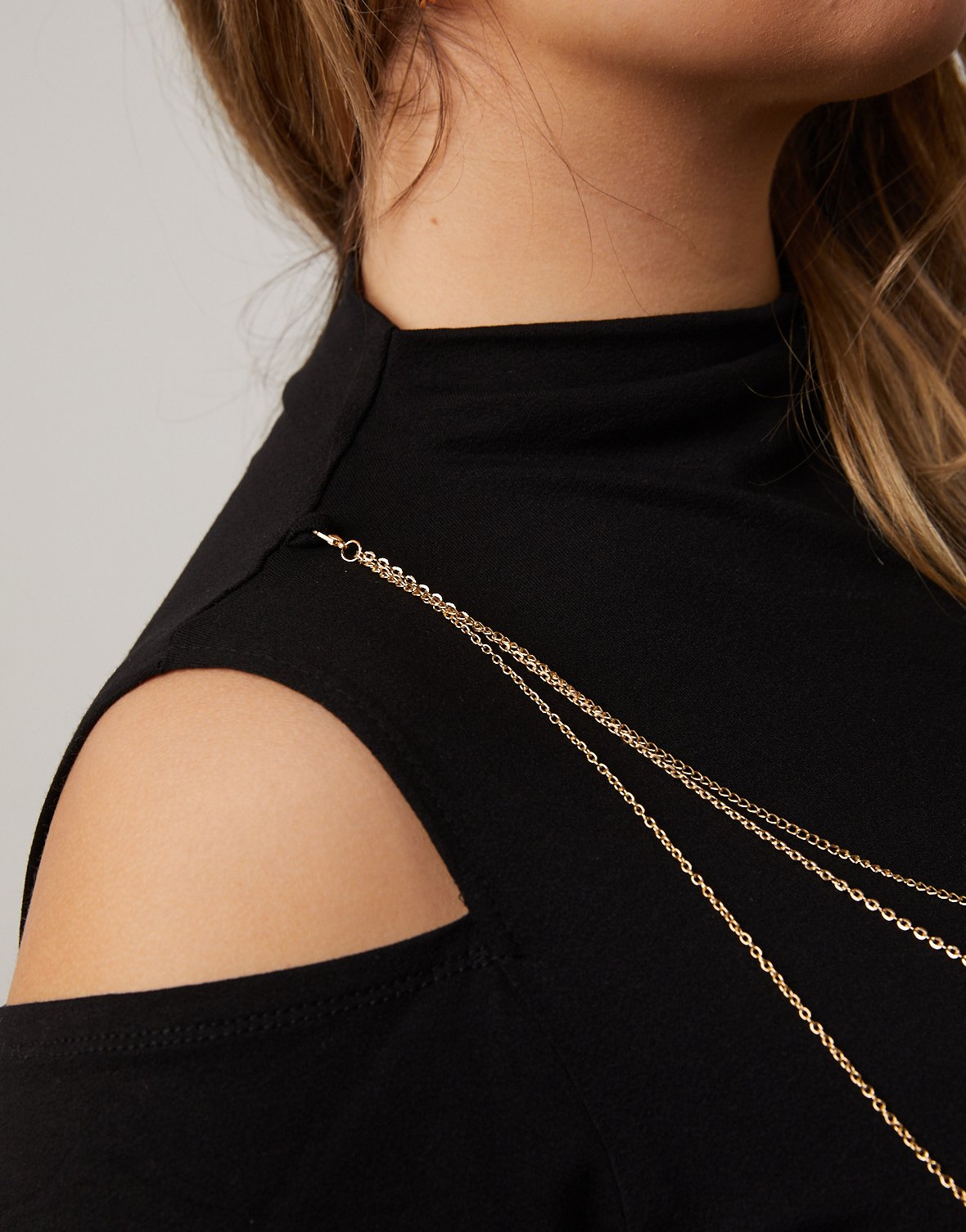Curve Mock Neck Top With Necklace