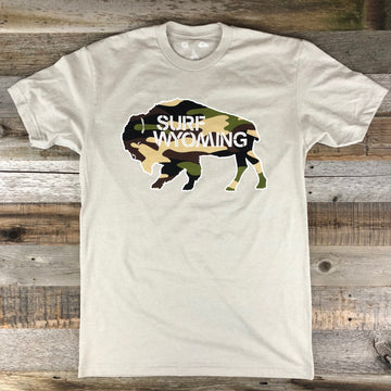 Men's SURF WYOMING®  Bison Logo Tee- Sand/Camo