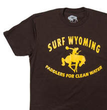 Load image into Gallery viewer, Men's SURF WYOMING® Throwback Paddler Tee - Brown/Gold