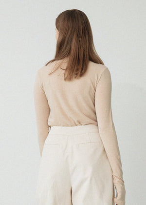 LE WOOL CUTTING TURTLENECK TOP BEIGE