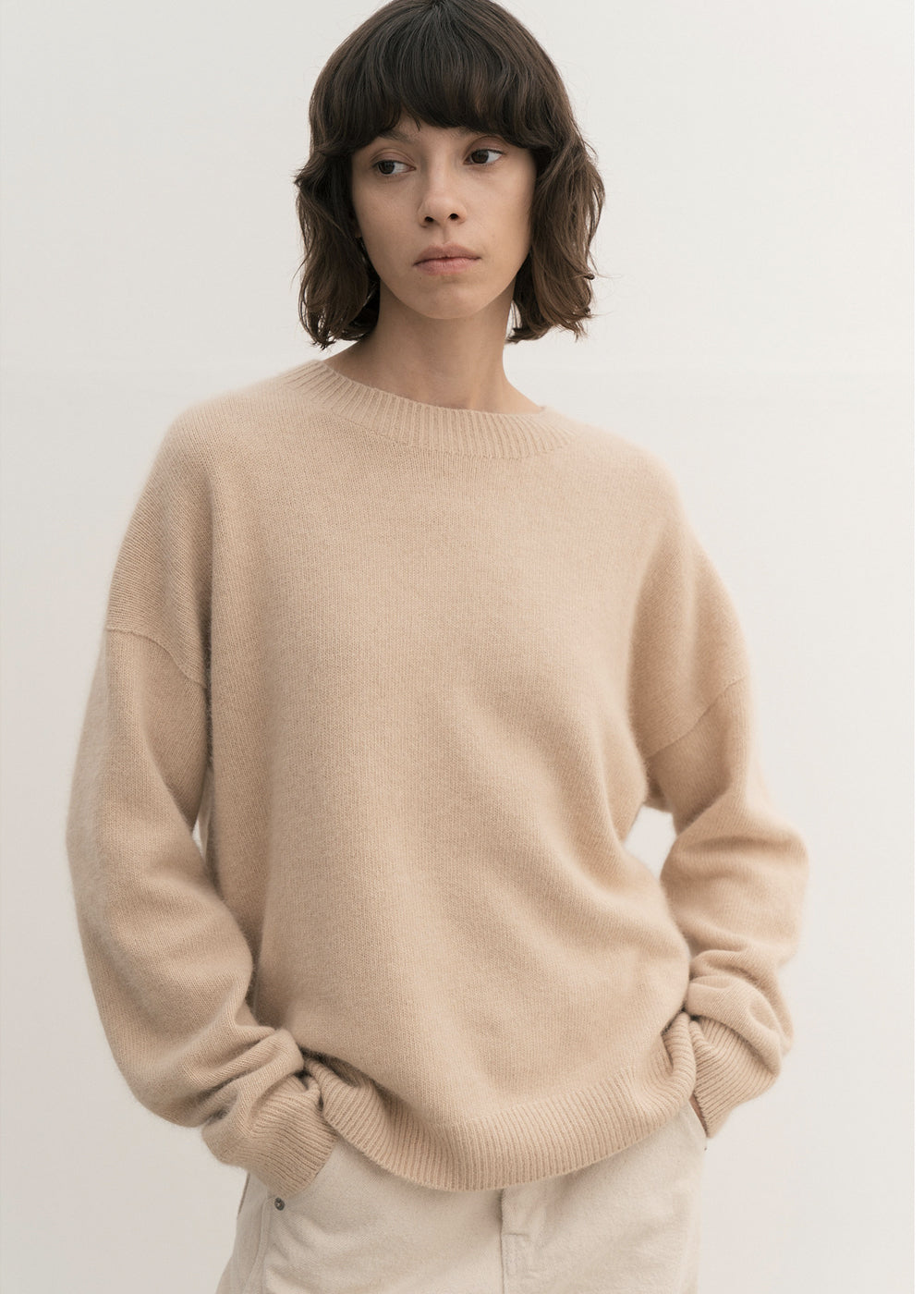 RACCOON WHOLEGARMENT ROUND SWEATER BEIGE