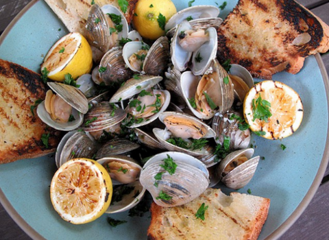 Drunken Clams with Garlic Bread