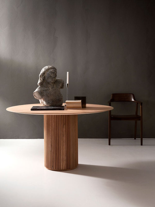 TRENDING: ROUND SHAPES, DARK WOOD & NATURAL MATERIALS