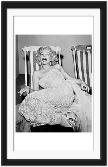 Marilyn Monroe on deck chair enjoys a laugh (0015)
