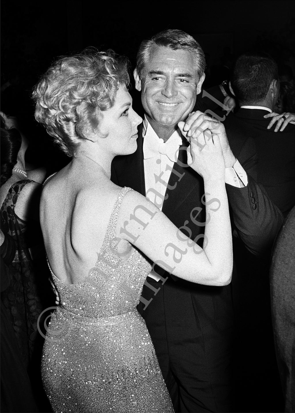 Cary Grant dances with Kim Novak (0022)