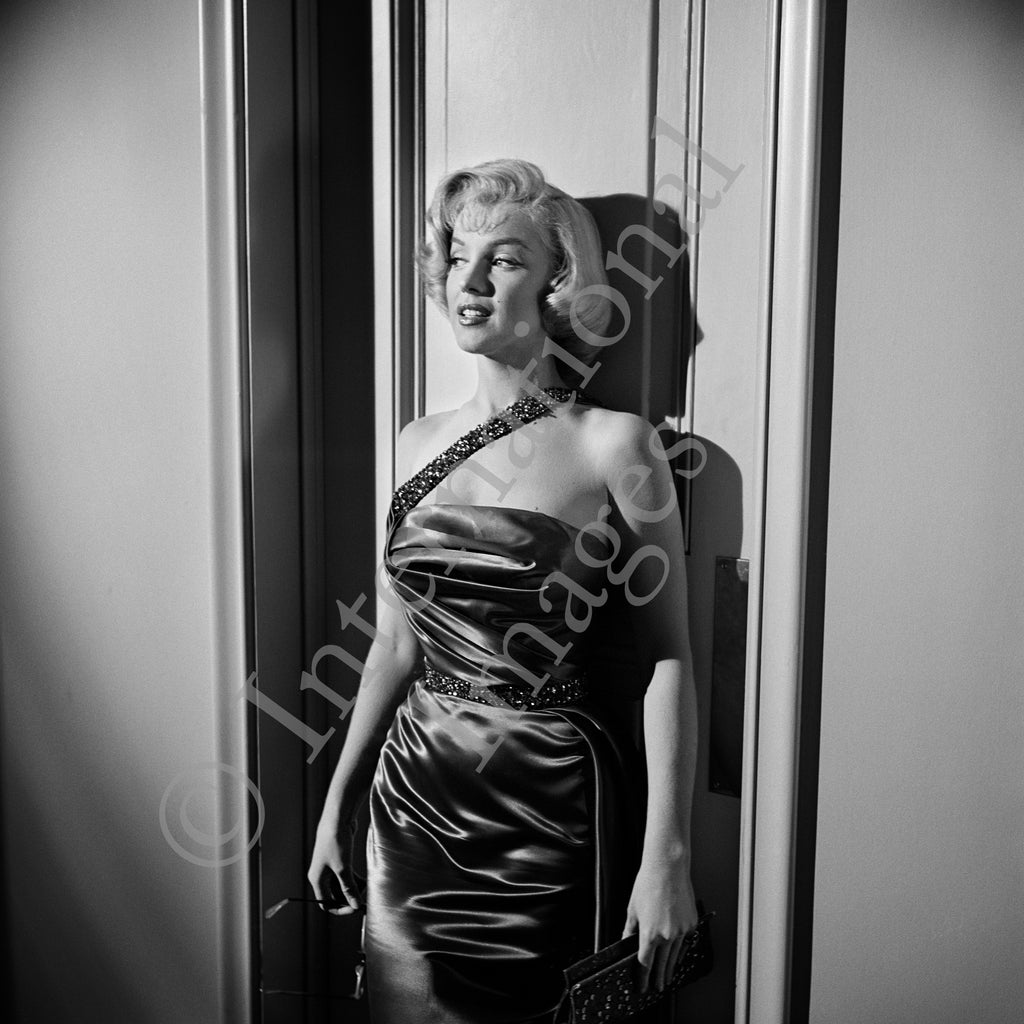 "Marilyn Monroe pose in front of wall in ""How To Marry A Millionaire"" dress (0030)"
