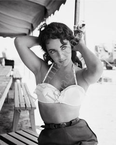 Alternative pose by Elizabeth Taylor on the set go Giant (0042)