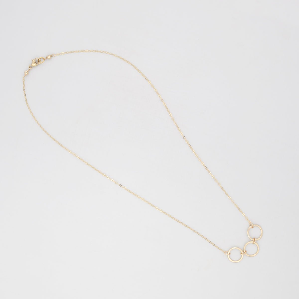 Multiple hammered ring charm necklace 'Tio'
