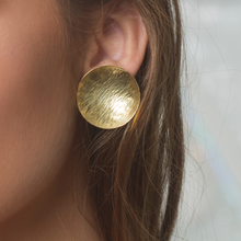 Load image into Gallery viewer, 18 kt Gold Ocean Wave Disk Earring