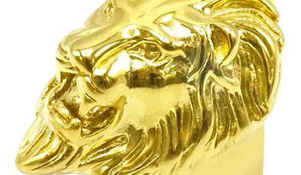 Gold lion ring close up img