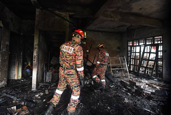Members of the Malaysian Fire and Rescue Department (JBPM) investigating a fire in a two-storey terrace house that also killed four members of a family consisting of three men and a woman, were found burnt in Taman Hungap early this morning.