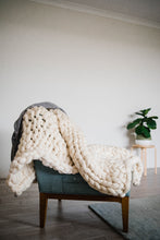 Load image into Gallery viewer, CREAM CHUNKY KNIT THROW