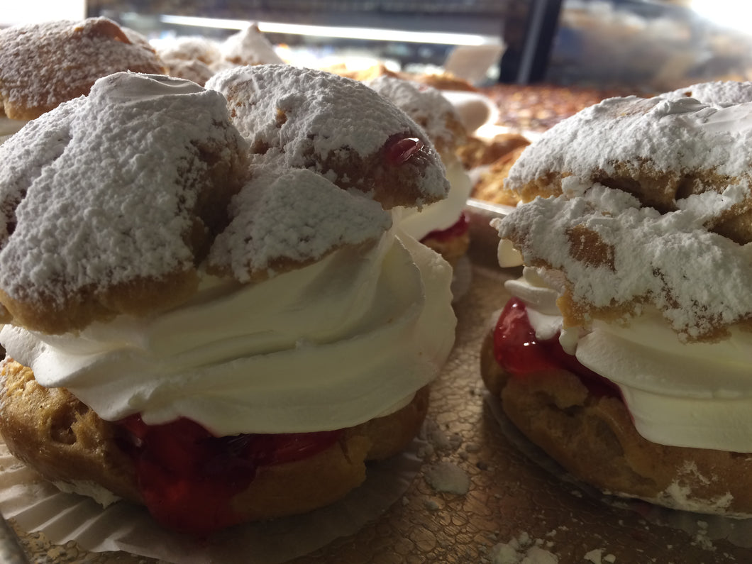 Pastries_CreamPuffwithFreshStrawberries