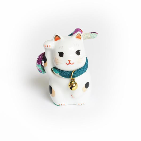 Grigri Chat en Porcelaine - Maneki Neko - Collier Multicolore, Coussin Rouge