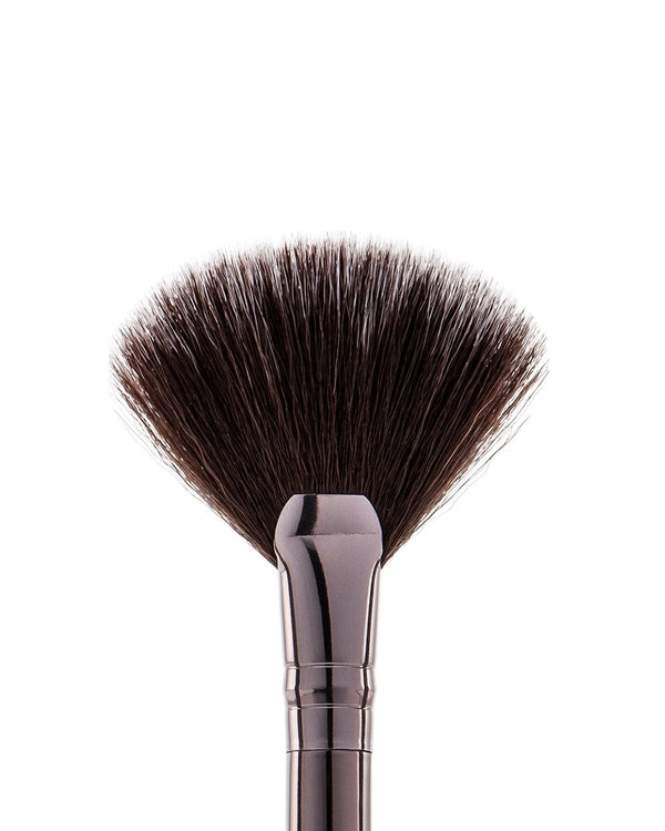 Vasanti Stubby Highlighter Fan Brush - Closeup brush head front shot