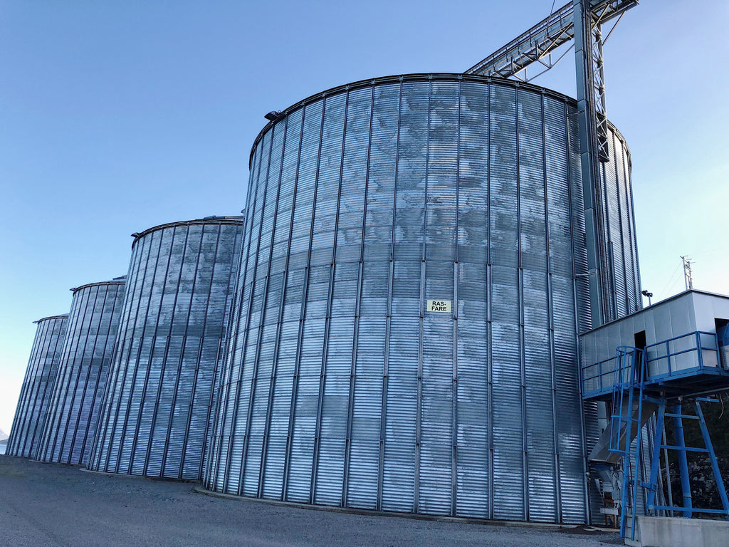Pellet silos with infeed and outfeed belt conveyors. Boat loding. - Swedabo