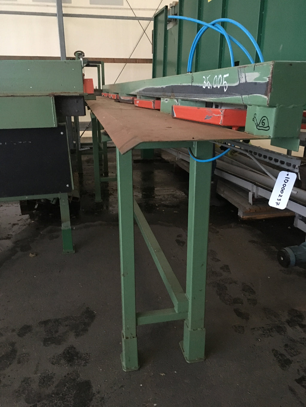 Board conveyor with hydraulic kicker - Swedabo
