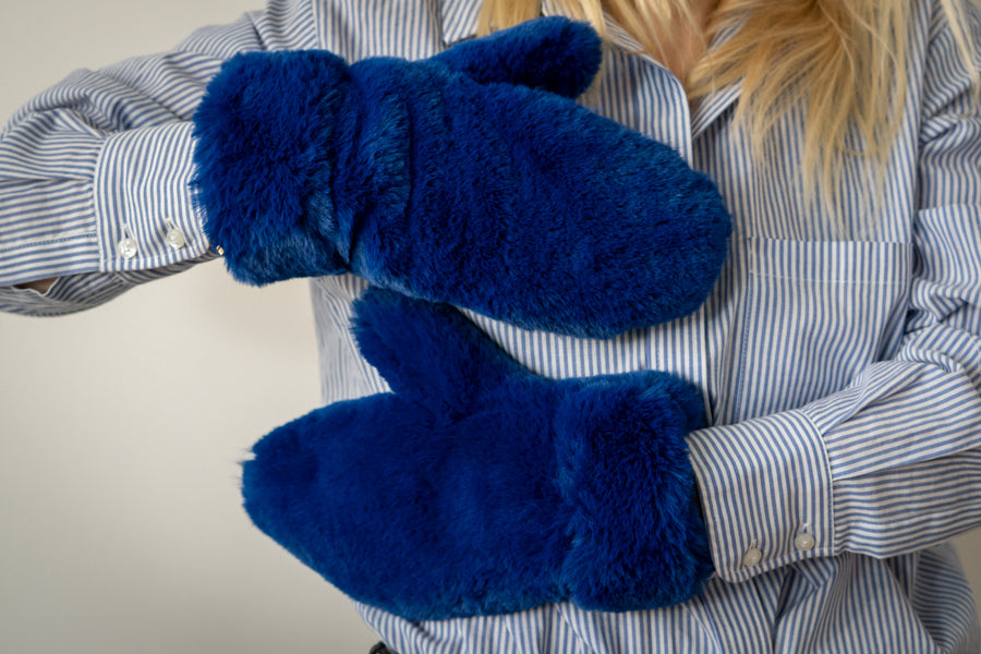 Electric blue faux fur gloves - LOOKHUNTER