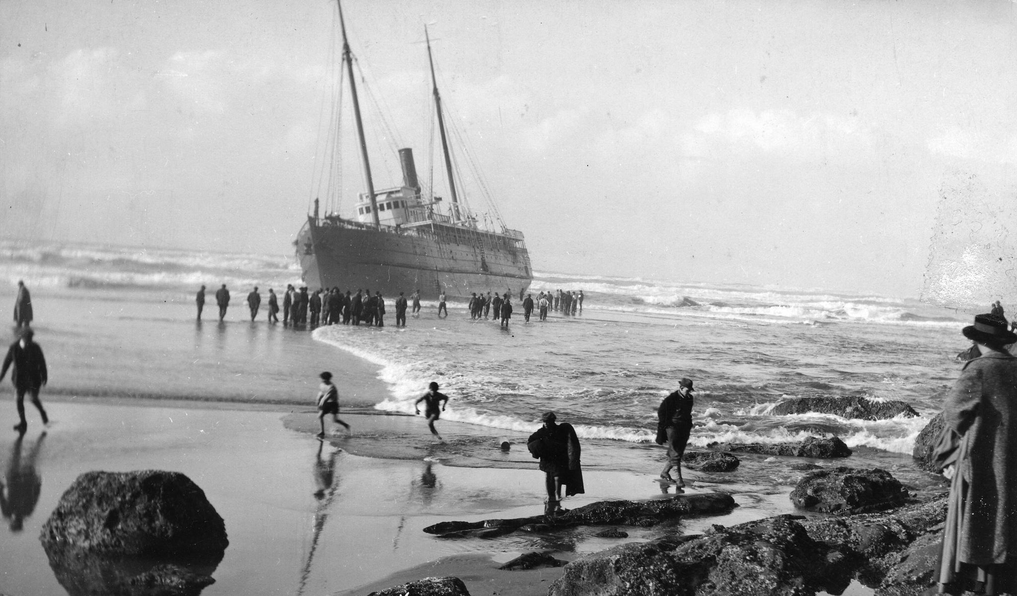 Onlookers viewing the wreck of the Santa Clara near Marshfield (Coos Bay), November 5, 1915. -- Courtesy of Coos History Museum & Maritime Collection (982-190.61)