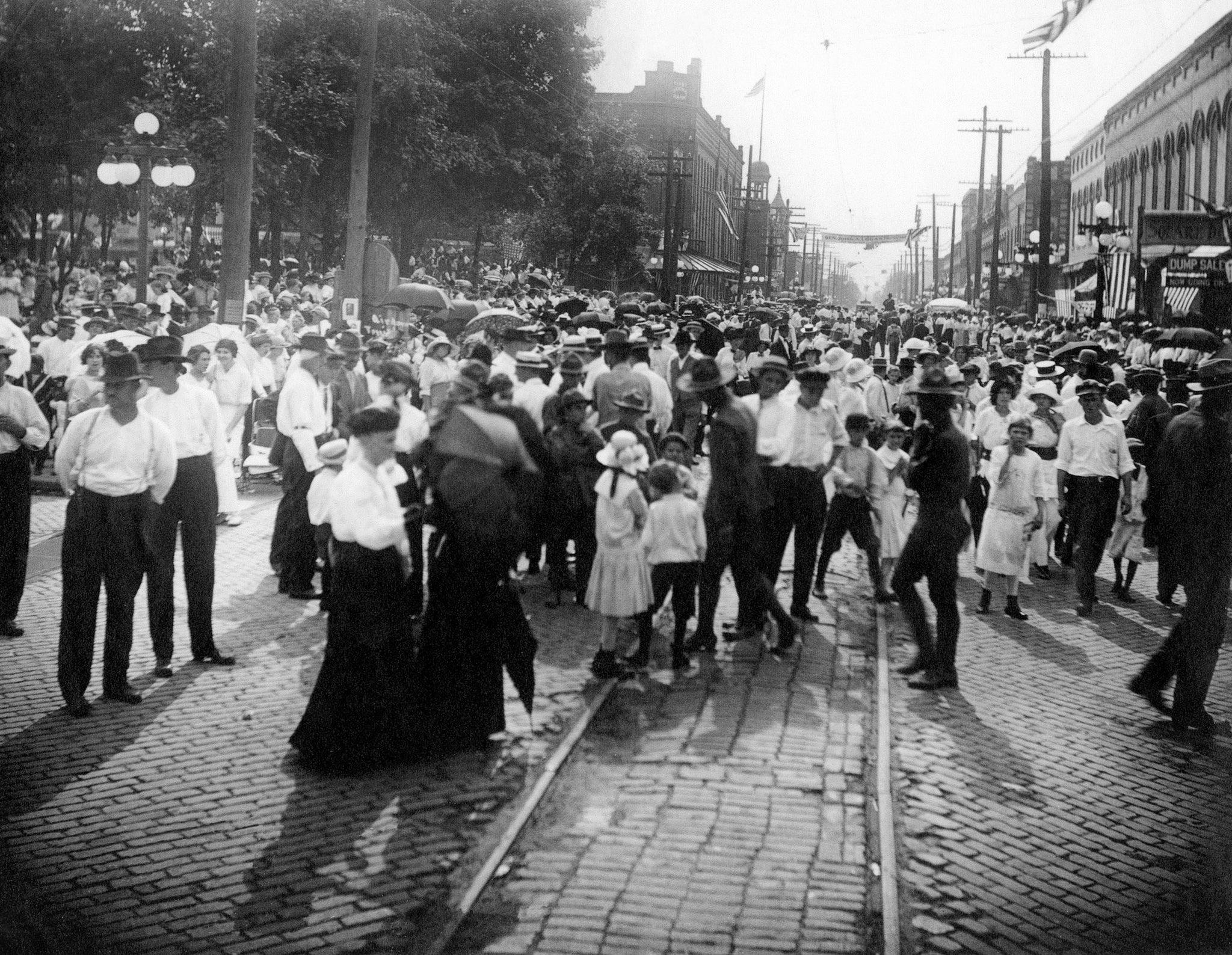 Looking west on Walnut Street at the Logan Day celebration in Murphysboro, August 3, 1914. -- Courtesy Jackson County Historical Society / #14188 Abraham Lincoln Presidential Library