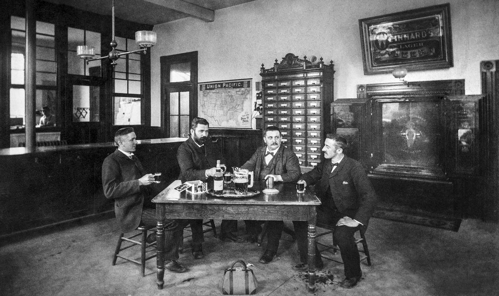 Employee lunchroom at Henry Weinhard Brewery, circa 1910. -- Oregon Historical Society / #OrHi 50617