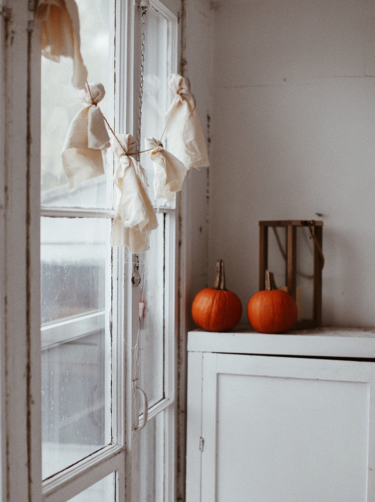 Diy Ghost Garland With Recycled Fabric Decor Decoration Decorations And More Dans Le Sac Diy Eco Friendly Recipe Blog