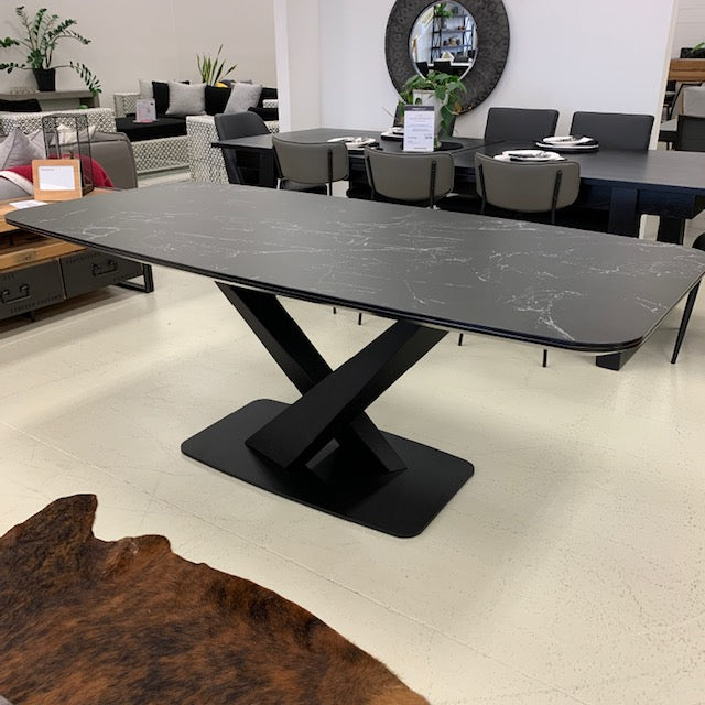 Gianni ceramic dining table