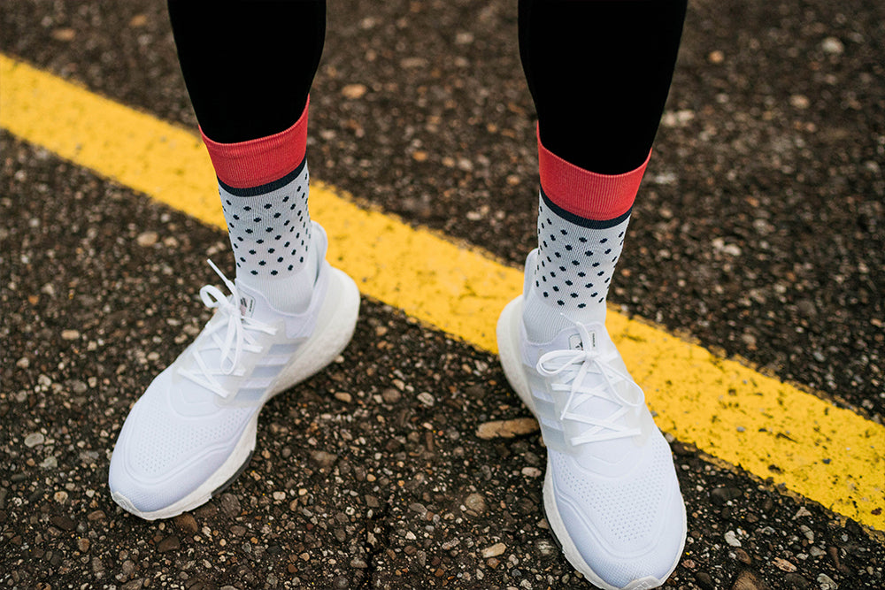 incylence classic dots running socks in weiß, dunkelblau, coral