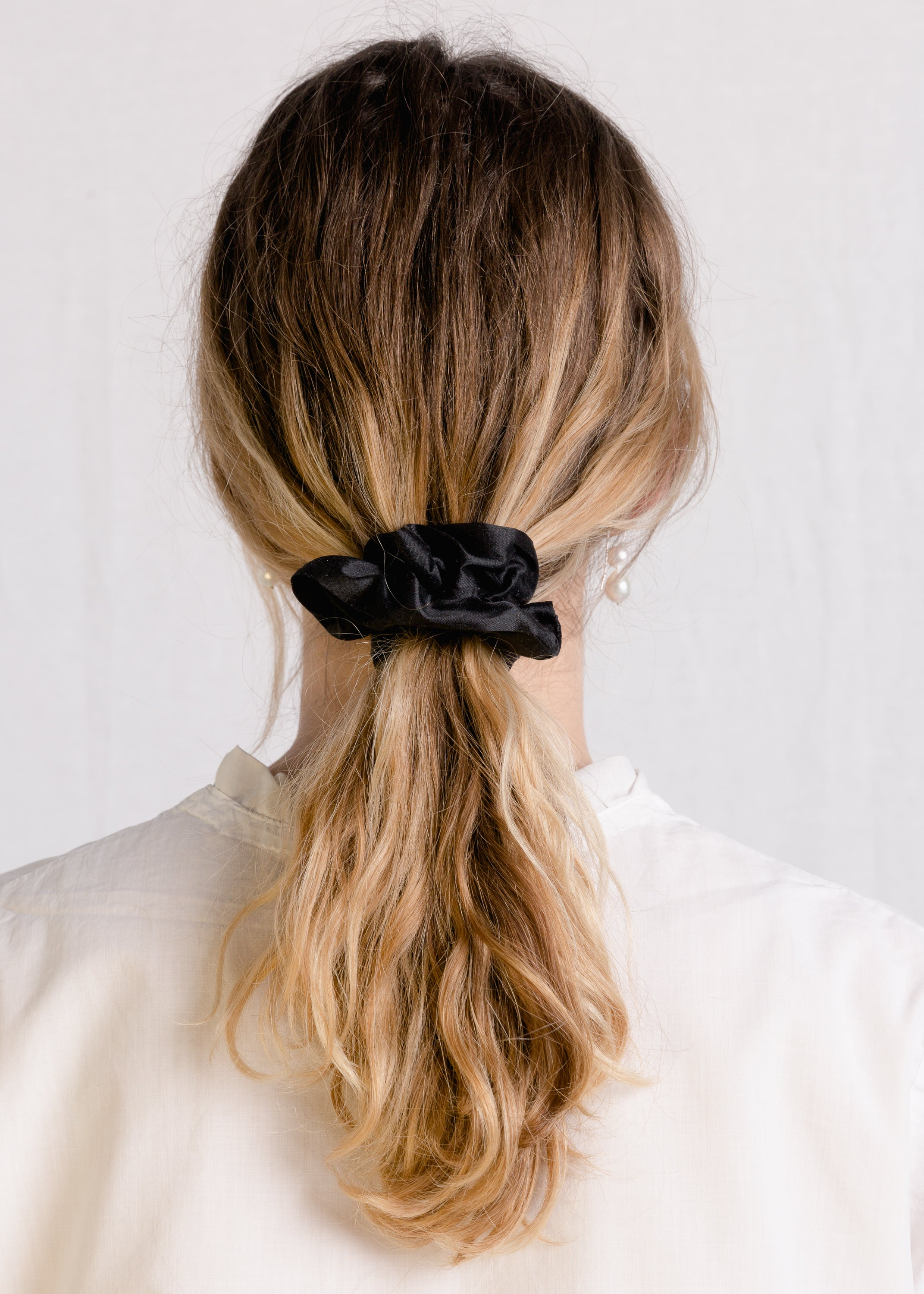 Jessie : Black silk scrunchie