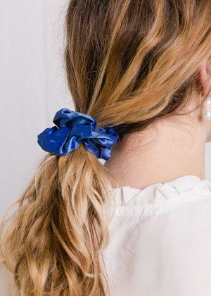 Jessie : Cornflower blue silk scrunchie