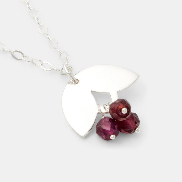 Silver and rose garnets pendant necklace: leaves
