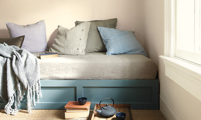 A daybed painted in Aegean Teal 2136-40 and walls in Muslin OC-12.