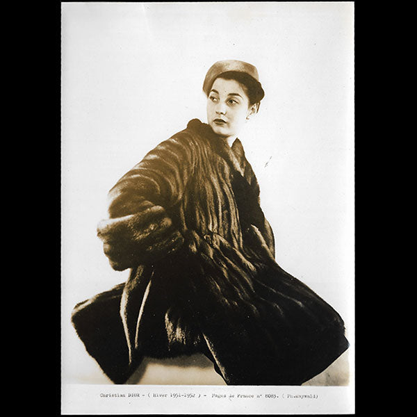 Christian Dior - Manteau de fourrure, photographie de Maywald (1951)