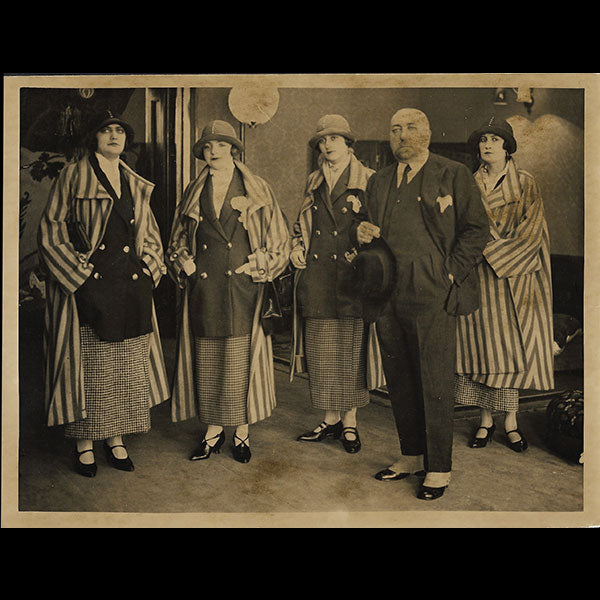 Poiret - Paul Poiret et 4 mannequins à la British Empire Exhibition de Wembley (1924)