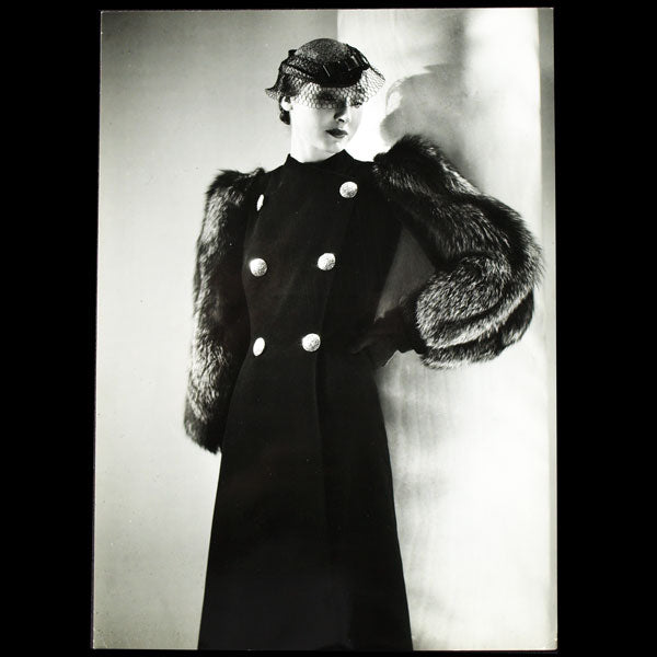 Manteau de Lucien Lelong, photographie d'époque du studio Deutsch (circa 1935)