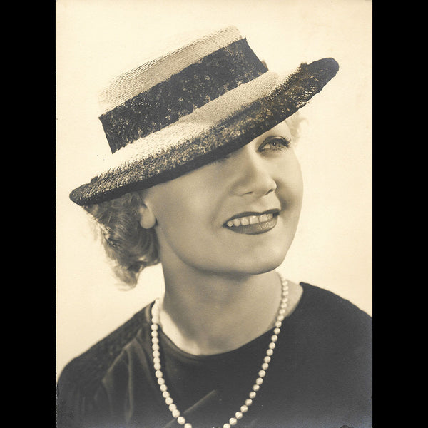 Chapeau porté par Amy Colin, Miss Paris 1935