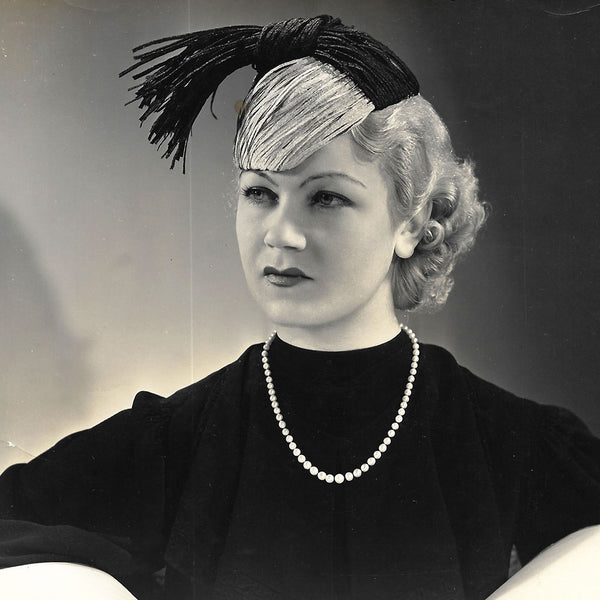 Chapeau porté par Amy Colin, Miss Paris 1935, tirage de D'Ora