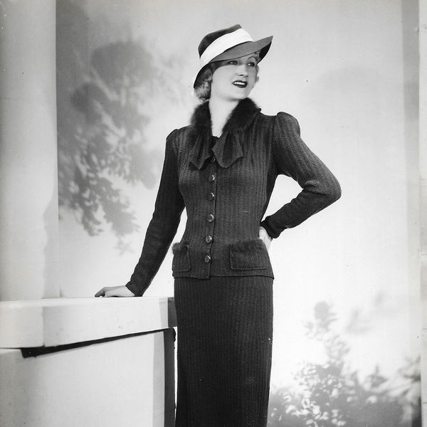 Ensemble de jour porté par Amy Colin, Miss Paris 1935, tirage d'Isabey