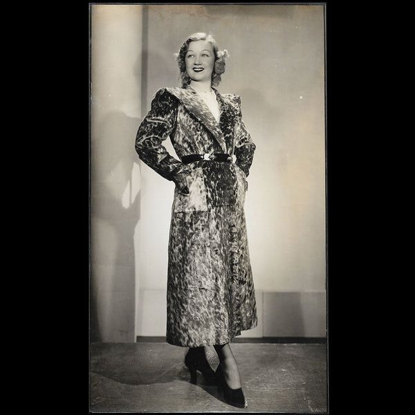 Manteau porté par Amy colin, Miss Paris 1935, tirage d'Isabey