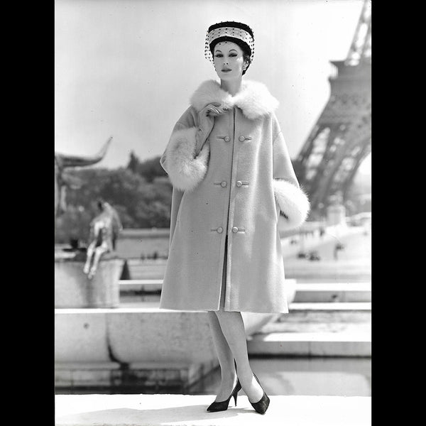 Basta Paris - Manteau bordé de fourrure, photographie de Seeberger (circa 1950s)