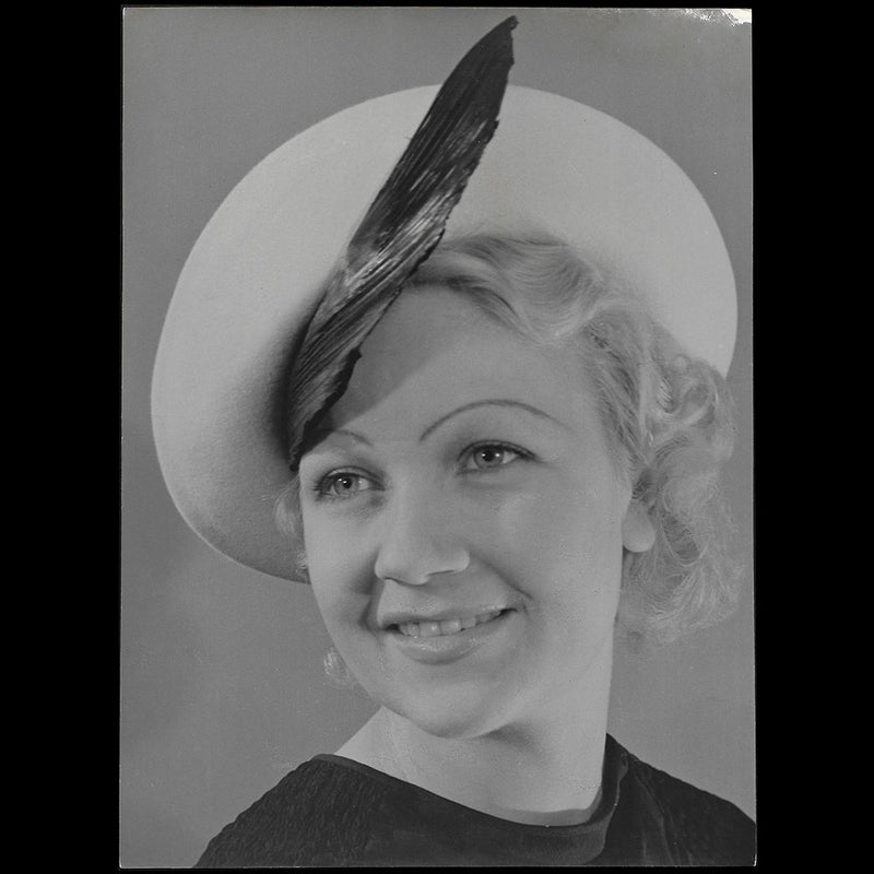 Chapeau porté par Miss Paris 1935, tirage de Willem Van de Poll