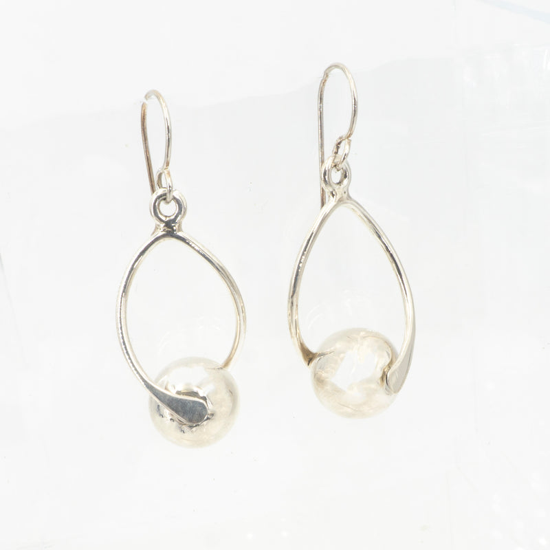 S/S Sphere Center Twist Dangle Earring