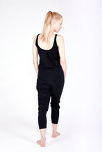 Laden Sie das Bild in den Galerie-Viewer, Yoga Jumpsuit Loose Soft Black von Yoiqi