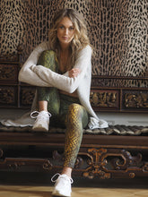 Laden Sie das Bild in den Galerie-Viewer, Yoga Shape Leggings Devi SNAKE, Oliv