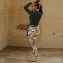 Laden Sie das Bild in den Galerie-Viewer, Yoga-Leggings ANNA, floraler Print