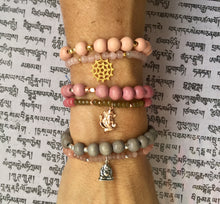 Laden Sie das Bild in den Galerie-Viewer, Yoga Mala Armband INDIAN ELEPHANT, Chalcedon + Gold