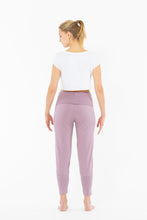 Laden Sie das Bild in den Galerie-Viewer, Yoga Slim Pants Lilac von Yoiqi
