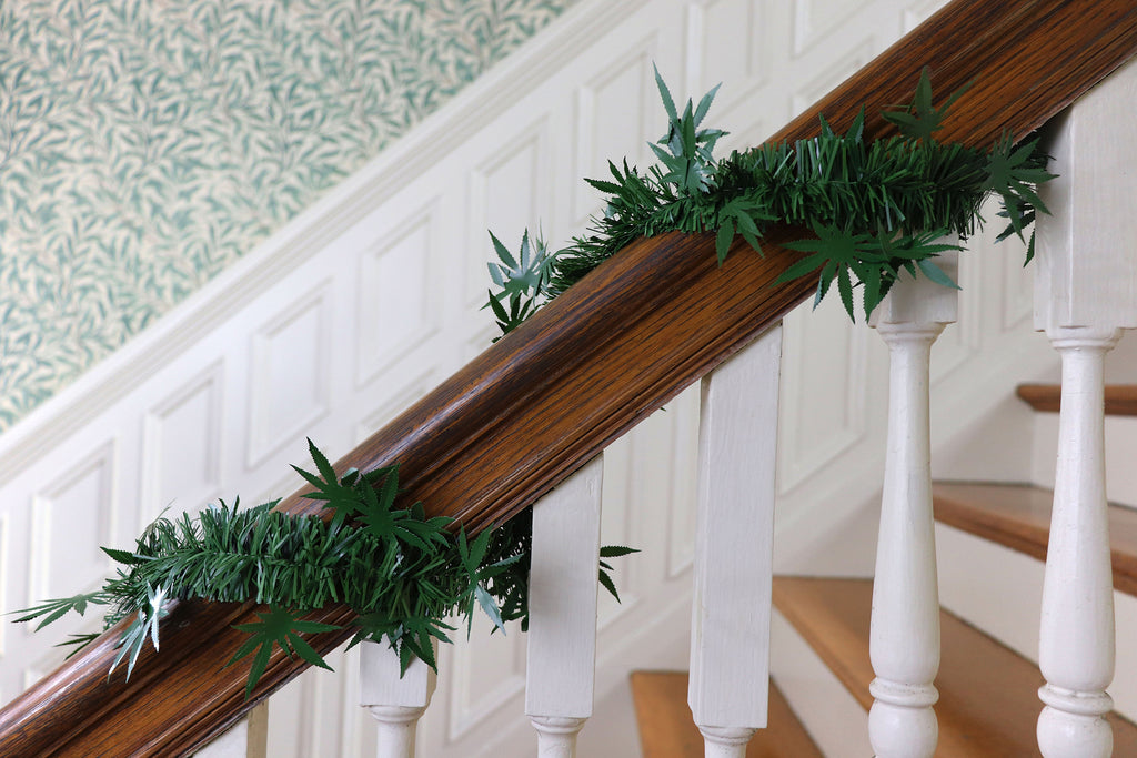 dankorations garland on a banister